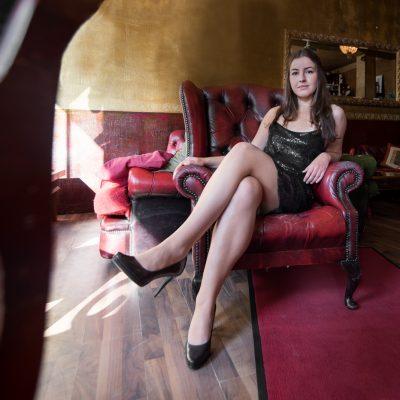 Model sitzt im Sessel by Katja Böhm
