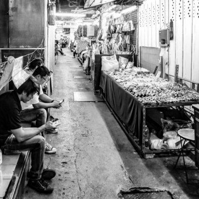 Pause auf dem Markt in Bangkok by Katja Boehm